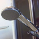 シャワーヘッドの白い汚れや黒カビを超簡単に掃除する方法